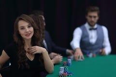 Nowożytny biznesowej kobiety obsiadanie przy bzdury stołem w kasynie Zdjęcie Royalty Free