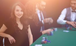 Nowożytny biznesowej kobiety obsiadanie przy bzdury stołem w kasynie Zdjęcia Royalty Free