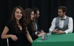 Nowożytny biznesowej kobiety obsiadanie przy bzdury stołem w kasynie Zdjęcia Stock