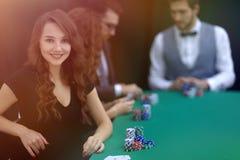Nowożytny biznesowej kobiety obsiadanie przy bzdury stołem w kasynie Obraz Royalty Free