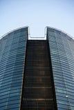 Nowożytny biznesowy szklany budynek na niebieskiego nieba backround obraz royalty free