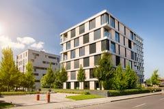 Nowożytny blok mieszkalny z niebieskim niebem obraz stock