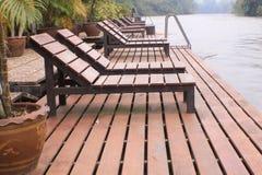 Nowożytny Brown basenu willi krzesła przeglądu Drewniany widok zdjęcia royalty free