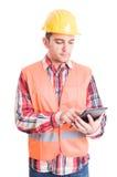 Nowożytny budowniczy używa bezprzewodową pastylkę Fotografia Stock