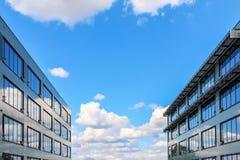 Nowożytny budynek biurowy przeciw błękitnemu chmurnemu niebu Obrazy Royalty Free