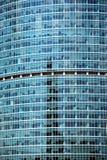 Nowożytny budynek biurowy szklanej ściany frontowego widoku zakończenie fotografia stock