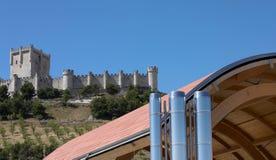 Nowożytny budynek przeciw staremu hiszpańskiemu kasztelowi Zdjęcie Royalty Free