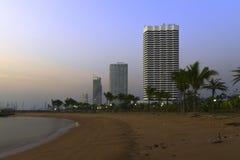 Nowożytny budynek przy plażą obrazy royalty free