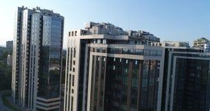 Nowożytny budynek, budynek z panoramicznymi okno, nowożytny wieżowiec z trutniem zdjęcie wideo