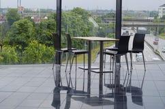 Nowożytny budynku biurowego bufeta miejsca siedzące teren Zdjęcia Royalty Free