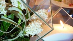Nowo?ytny candlestick szk?o Biali kwiaty i ?wieczki zbiory