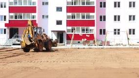Nowożytny ciągnik pracuje na budowie przy letnim dniem, wideo z dźwiękiem zbiory