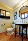 Nowożytny czarny i biały washbasin stojak z szklaną półką Fotografia Royalty Free