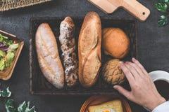 Nowożytny czerń stół, chleb i ręki Zdjęcie Royalty Free