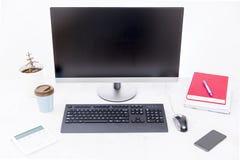 Nowożytny, czysty, jaskrawy i wygodny miejsce pracy z komputerem, domowa roślina i książki, fotografia royalty free