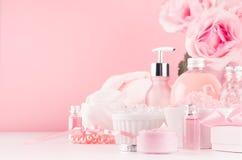 Nowożytny delikatny dziewczęcy łazienka wystrój - kosmetyki dla skąpania i zdroju, bukiet róże, kąpielowi akcesoria, biżuteria na fotografia royalty free