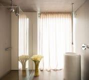 Nowożytny dom, minimalistyczna projekt łazienka fotografia royalty free