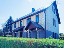 Nowożytny dom na wsi i podwórze tonujący zdjęcie royalty free