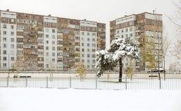 Nowożytny dom w Ryskim smowing zimę Zdjęcia Royalty Free