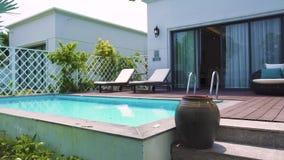 Nowożytny dom z basenem na luksusowym willa widoku od ogródu Architektury luksusowa willa z basenem i zbiory