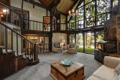 Nowożytny drewniany chałupa domu wnętrze z żywym pokoju zakończeniem up Obrazy Stock