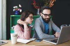 Nowożytny drużynowy działanie w kawiarni z laptopem, smartphone z kawą Zdjęcie Stock