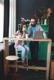 Nowożytny drużynowy działanie w kawiarni z laptopem, smartphone z kawą Obraz Stock