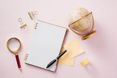 Nowożytny egzamin próbny w górę mieszkania nieatutowego notatnik i materiały na różowym backg obrazy royalty free
