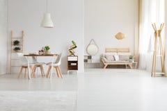 Nowożytny elegancki mieszkanie fotografia royalty free
