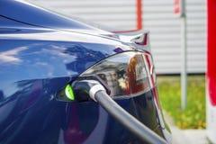 Nowożytny elektryczny samochód czopował ładuje stacja w parking zdjęcia stock