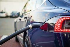 Nowożytny elektryczny samochód czopujący ładuje stacja obraz stock
