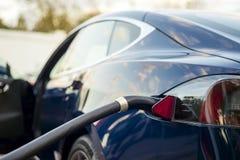 Nowożytny elektryczny samochód czopujący ładuje stacja obrazy stock