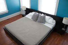 Nowożytny estradowy łóżko w nowożytnym domu domu pokoju obraz stock