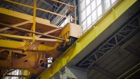 Nowożytny fabryczny wyposażenie Roboty pracuje przy przemysłową fabryką zdjęcie wideo