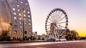 Nowożytny Ferris Toczy wewnątrz centrum Rotterdam Holandia obraz stock