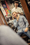Nowożytny fryzjer męski na jego miejscu pracy Obrazy Stock