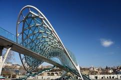 Nowożytny futurystyczny most pokój nad Mtkvari rzeką, Tbilisi, Gruzja Obrazy Royalty Free