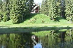 Nowożytny góra stylu dom po środku lasu zdjęcia royalty free