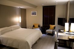Nowożytny galanteryjny pokoju hotelowego królewiątka łóżko Fotografia Stock