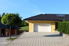 Nowożytny garażu drzwi i kamienia wejście zdjęcie royalty free