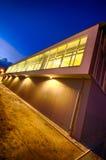 Nowożytny gym budynek przy nocą Fotografia Royalty Free