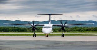 Nowożytny handlowy samolot pasażerski z turbinowym silnikiem na lotnisku Podróży i wakacje pojęcie Lotnictwo i transport zdjęcie royalty free