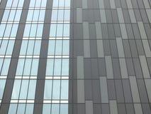Nowożytny highrise budynek z popielatym powlekaniem zdjęcia stock