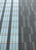 Nowożytny highrise budynek z popielatym powlekaniem i pionowo okno fotografia stock