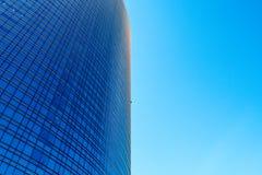 Nowożytny i futurystyczny drapacz chmur z fasadowy pełnym okno, brzęczenia Obraz Royalty Free