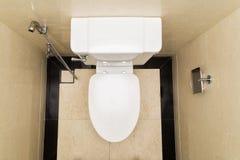 Nowożytny i higieniczny toaletowy puchar z bidetem w łazience z pokrywą zamykającą obraz stock