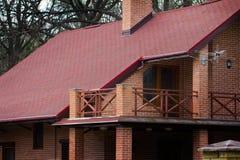 Nowożytny intymny dom cegła z czerwień dachem w wiośnie Obrazy Royalty Free
