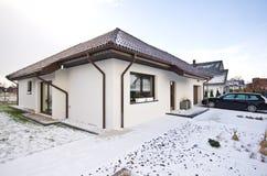 Nowożytny intymny dom w zimie, abstrakcjonistyczna architektury nieruchomość Zdjęcie Royalty Free
