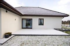Nowożytny intymny dom w zimie, abstrakcjonistyczna architektury nieruchomość Fotografia Royalty Free