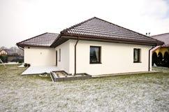 Nowożytny intymny dom w zimie, abstrakcjonistyczna architektury nieruchomość Zdjęcie Stock